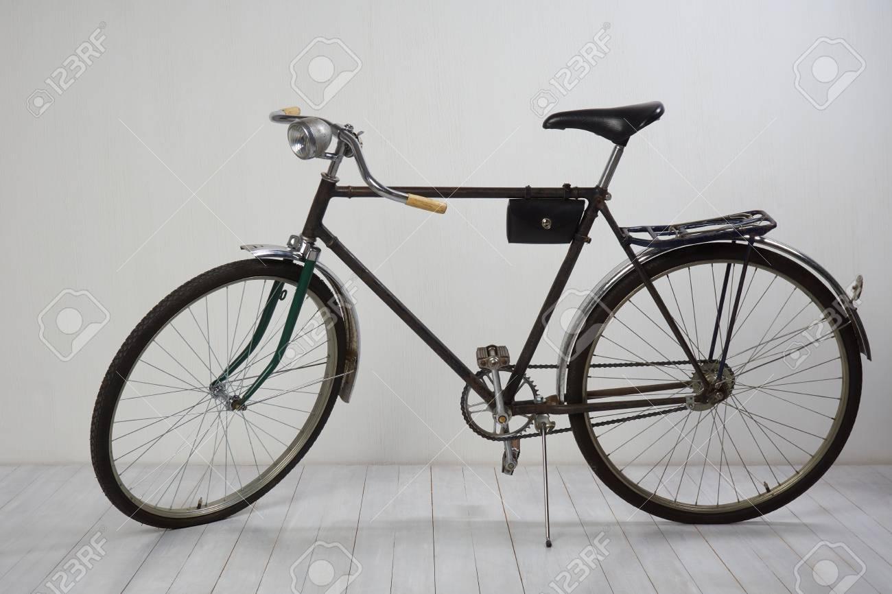Alte Fahrrad Auf Weissem Holzboden Und Weisse Strukturierte Wand