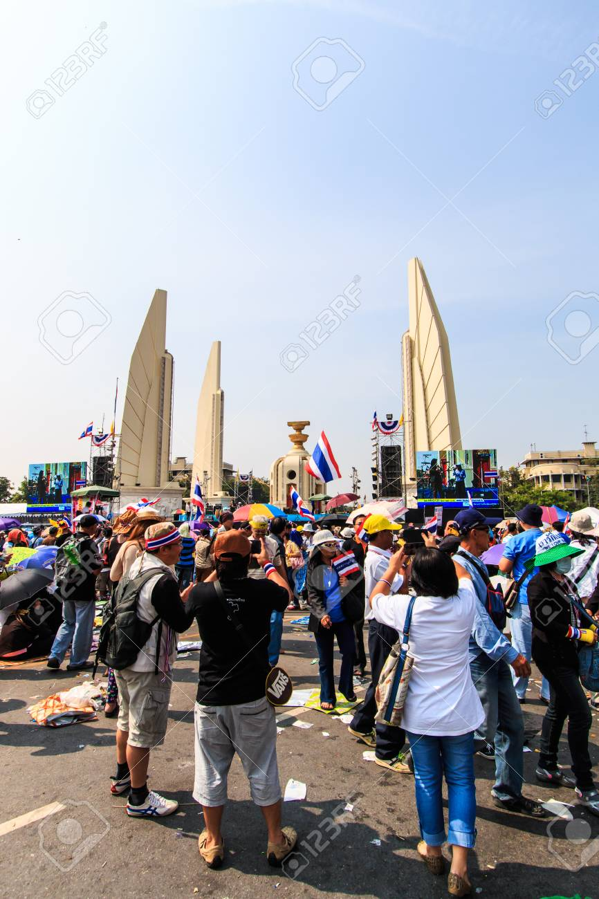 BANGKOK, THAILAND-DECEMBER 9   The big group of protestors to at Democracy monument on Ratchadumnoen road in Bangkok on December 9, 2013 in Bangkok, Thailand Stock Photo - 24303006
