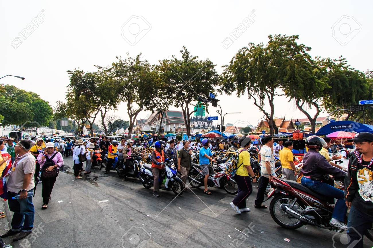 BANGKOK, THAILAND-DECEMBER 9   The big group of protestors to at Democracy monument on Ratchadumnoen road in Bangkok on December 9, 2013 in Bangkok, Thailand Stock Photo - 24303022