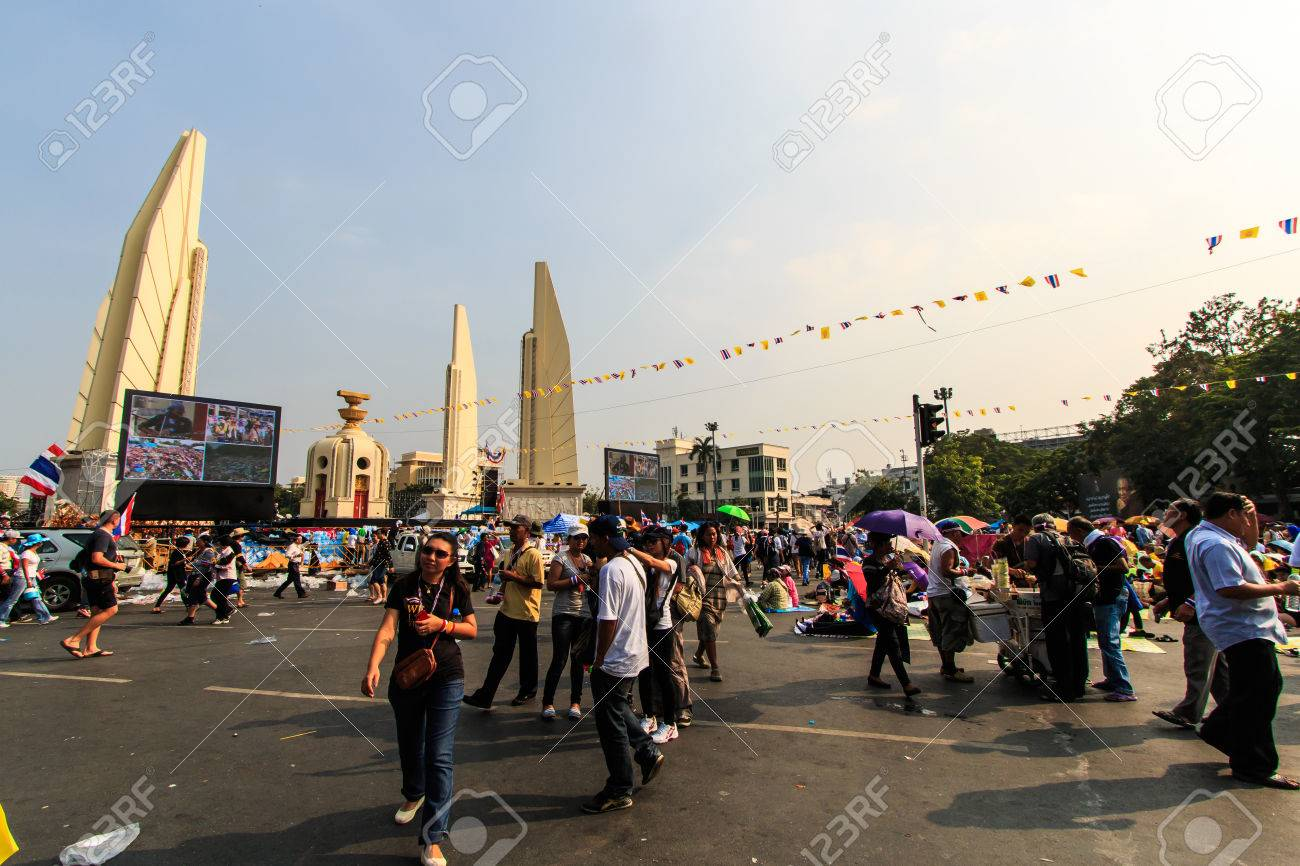 BANGKOK, THAILAND-DECEMBER 9   The big group of protestors to at Democracy monument on Ratchadumnoen road in Bangkok on December 9, 2013 in Bangkok, Thailand Stock Photo - 24303035