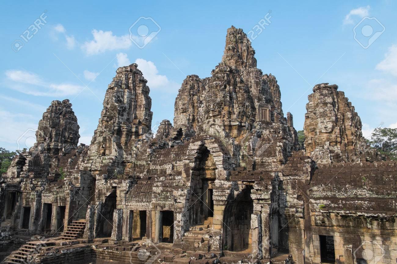 Les Mystèrieuses Têtes d'Angkor au Cambodge 26550317-t%C3%AAtes-de-pierre-antique-temple-bayon-d-angkor-wat-au-cambodge