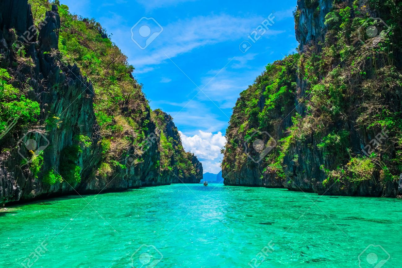 Tropical landscape with rock islands, lonely boat and crystal clear water, El Nido, Palawan, Philippines Stock Photo - 47685589