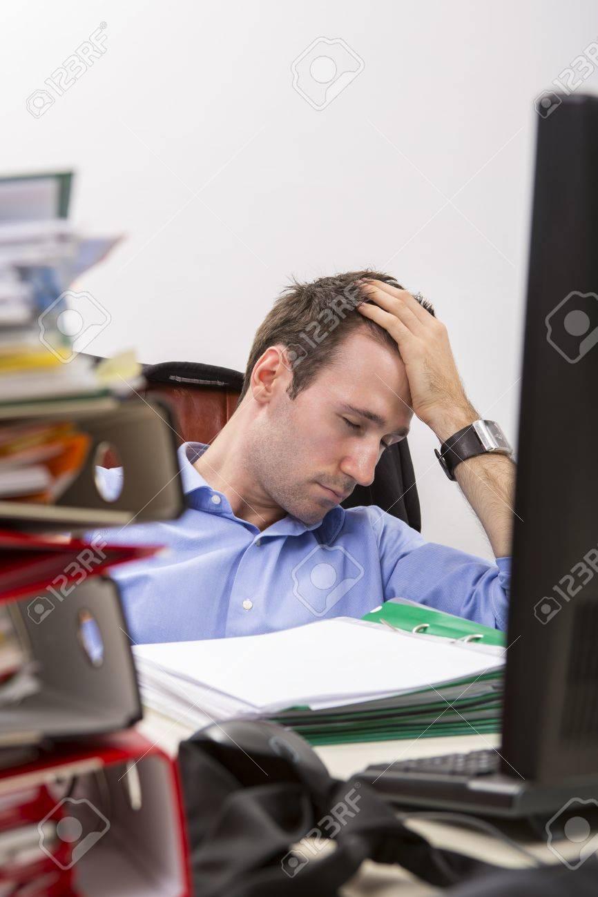 Schreibtisch voller akten  Ofiice Arbeiter Schläft Durch Erschöpfung An Einem Schreibtisch ...
