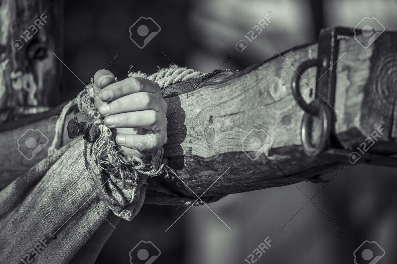 Legno Bianco E Nero : Mano inchiodato sulla croce di legno crocifissione di gesù chris