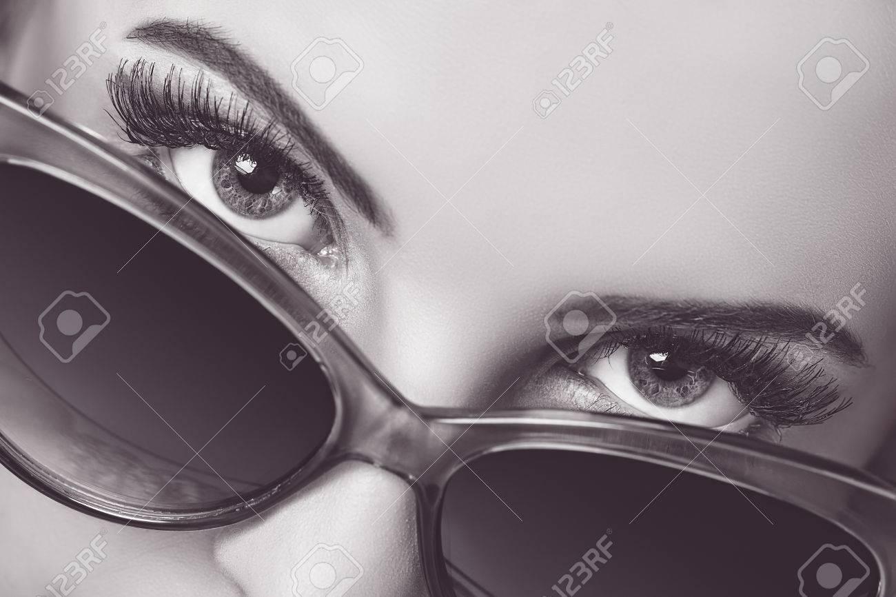Primer Retrato De Una Hermosa Mujer Con Los Ojos Hermosos Que Da Una