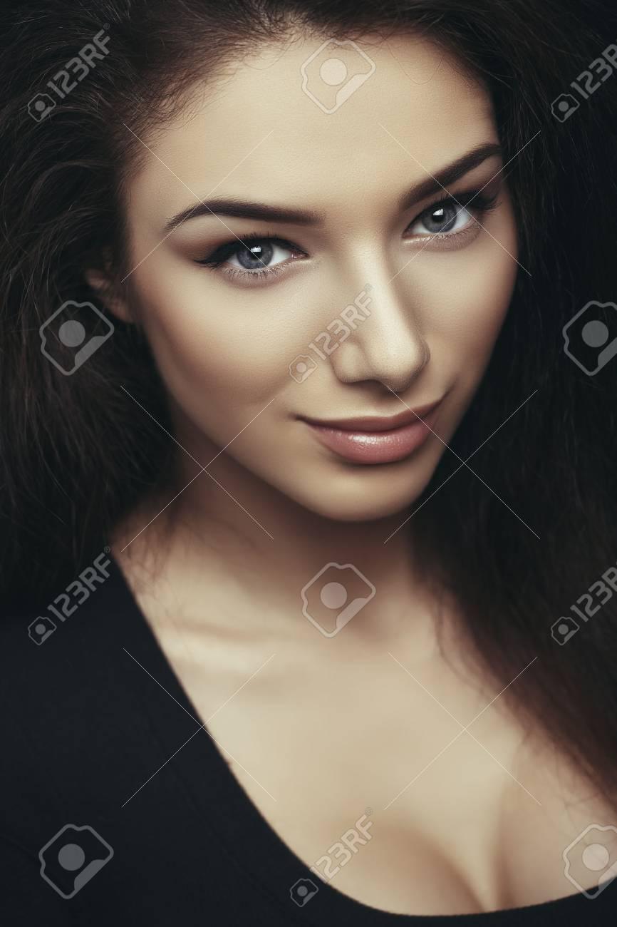Brune Aux Yeux Bleus fermer portrait séduisante brune jeune femme aux yeux bleus, peau