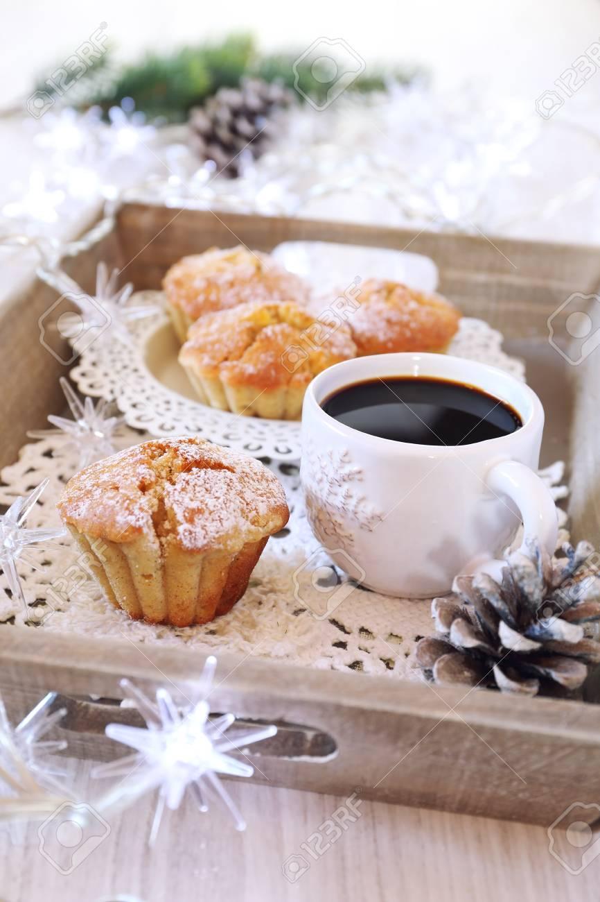 Pause Café Du Nouvel An: Muffins, Tasse De Café Et Guirlande Lumineuse Sur  Plateau Banque D'Images Et Photos Libres De Droits. Image 68867775.