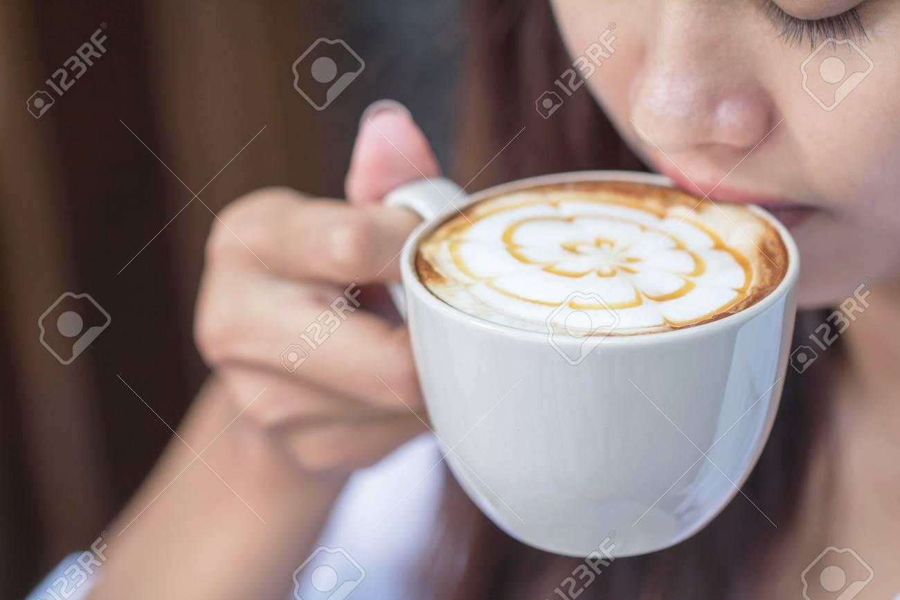 768397d26 Foto de archivo - Mujer sentada en el café en la vista de estilo vintage.  Disfruta del lado de la niña mientras estás sentado al aire libre.