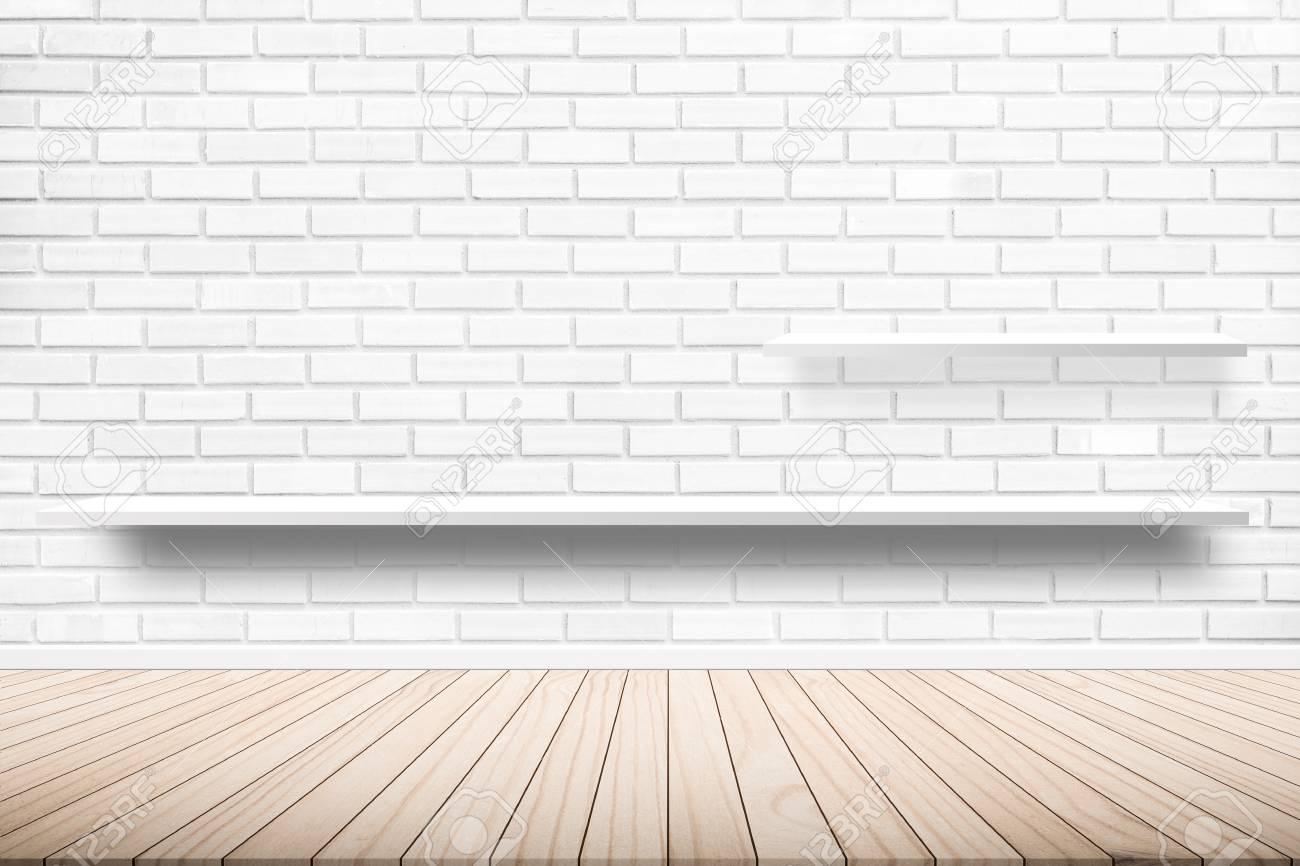 Terraza De Madera Con Una Idea De Diseño De Estante De Pared De Cemento De Fondo Dentro Del Edificio Suelos De Madera En Tonos Blancos De Estilo De