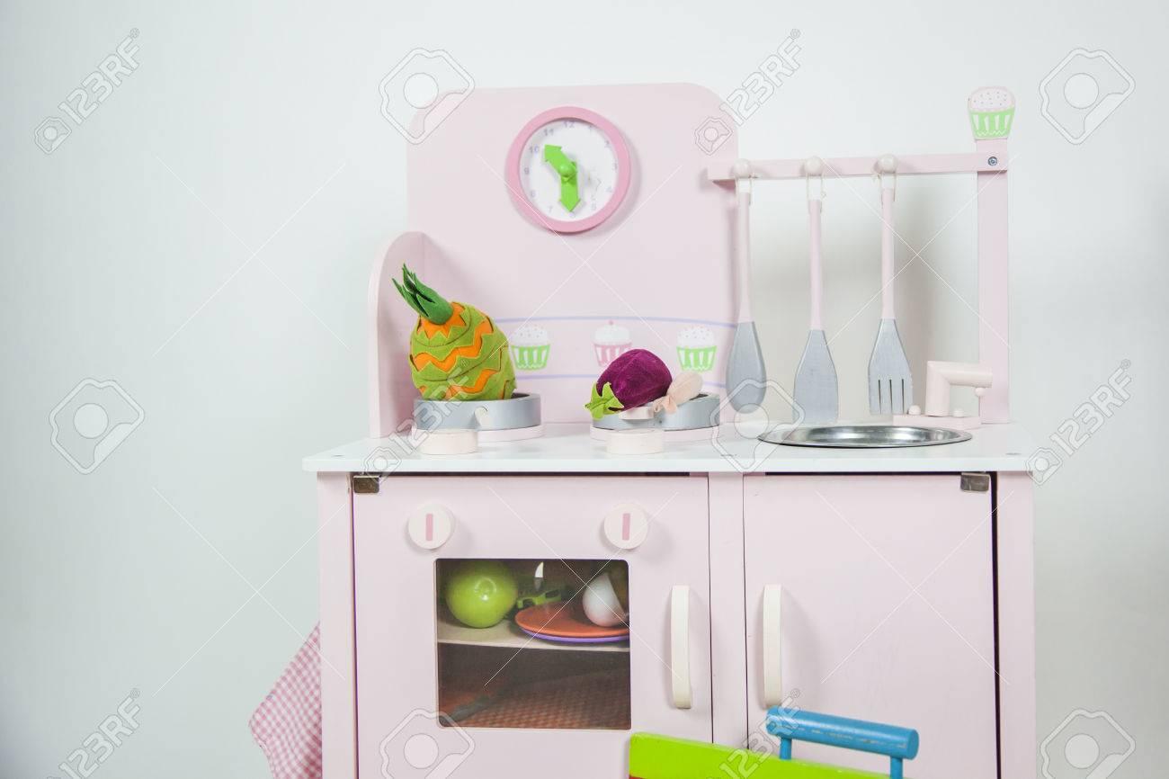 Rosa Küche Kinder Spielzeug Mit Geschirr, Essen Und Eine Uhr In ...