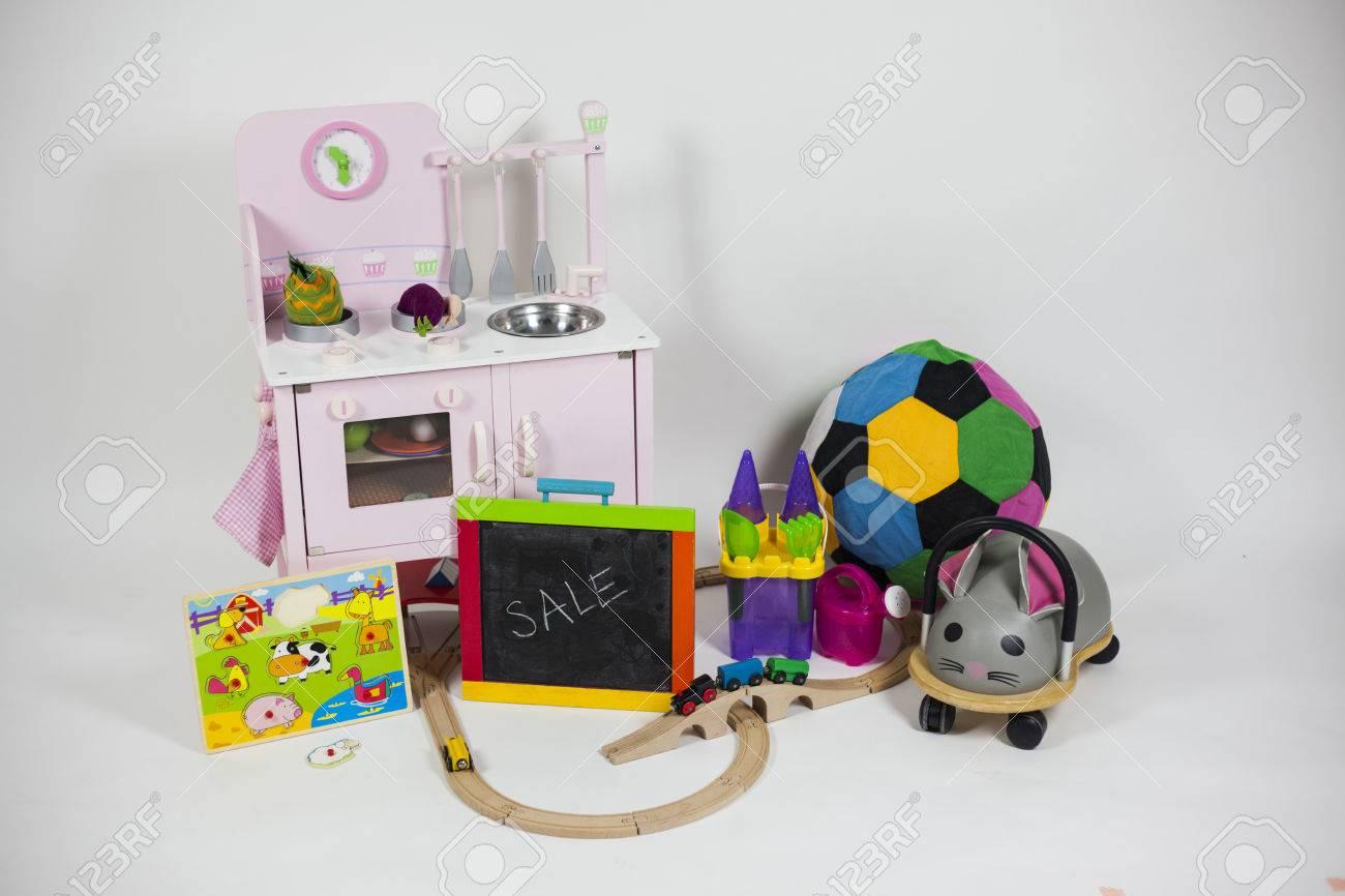 Keuken Kinderen Houten : Kinderen speelgoed geïsoleerd op een witte achtergrond houten