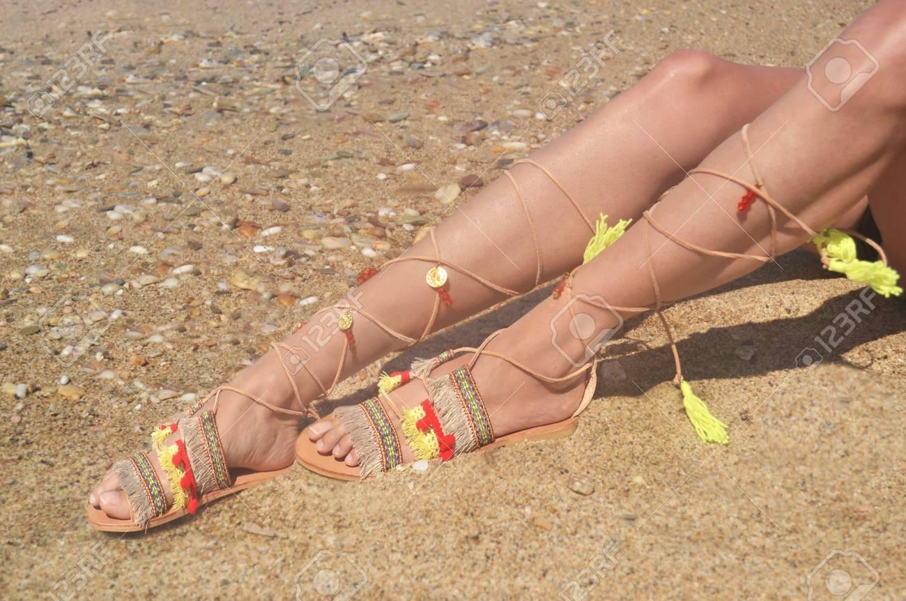 stile squisito seleziona per il più recente all'avanguardia dei tempi Modello pubblicizza sandali greci bohemien in spiaggia - scarpe estive  pubblicità