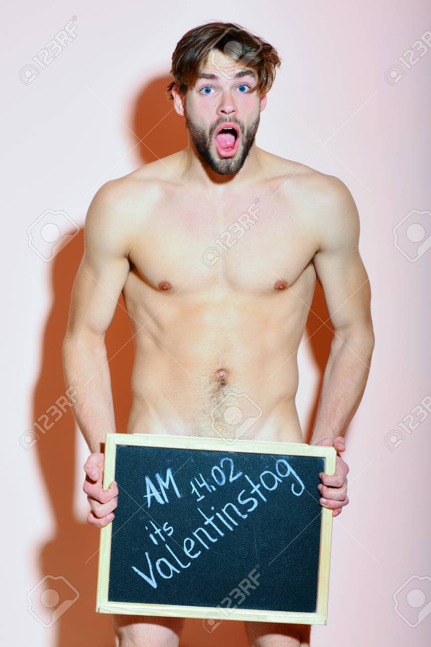 Hombre Macho Atlético Barbudo Hermoso Con Barba Elegante En La Cara Sorprendida Que Se Coloca Desnuda Que Sostiene El Tablero Negro Con La Inscripción