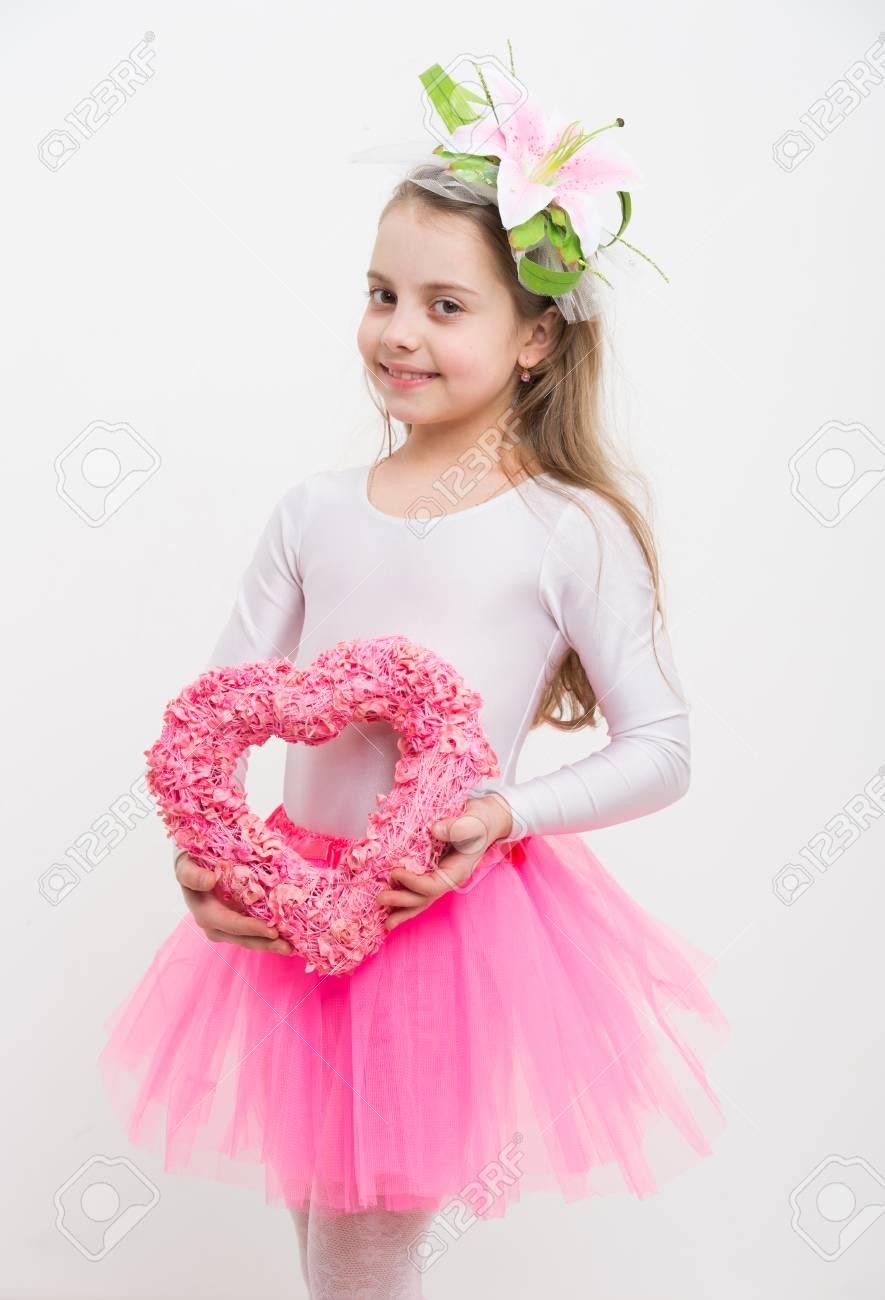 Pequeño Bailarina De Niña, Niño Lindo Bailarina Con Cara Feliz Y ...