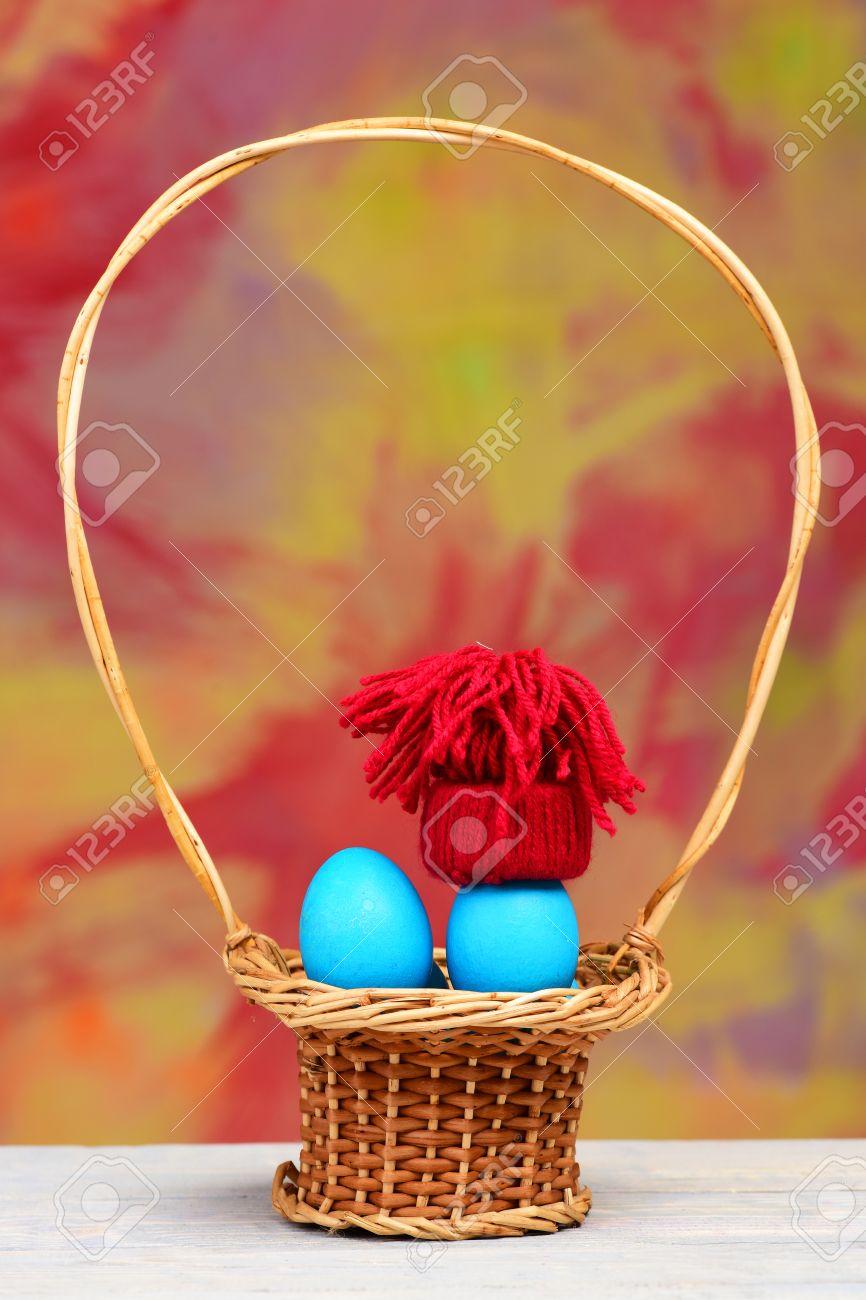 Stroh Korb Mit Ostern Blaue Eier Wie Schlümpfe Im Winter Rote Kapuze