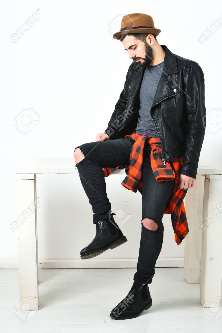 Cuadros Roja Pantalones De Barba Barba Marrón Con Hombre Negro Bigote Corta Camisa Y A Sombrero Hipster Serio Caucásico Chaqueta Cuero UHfaxwq