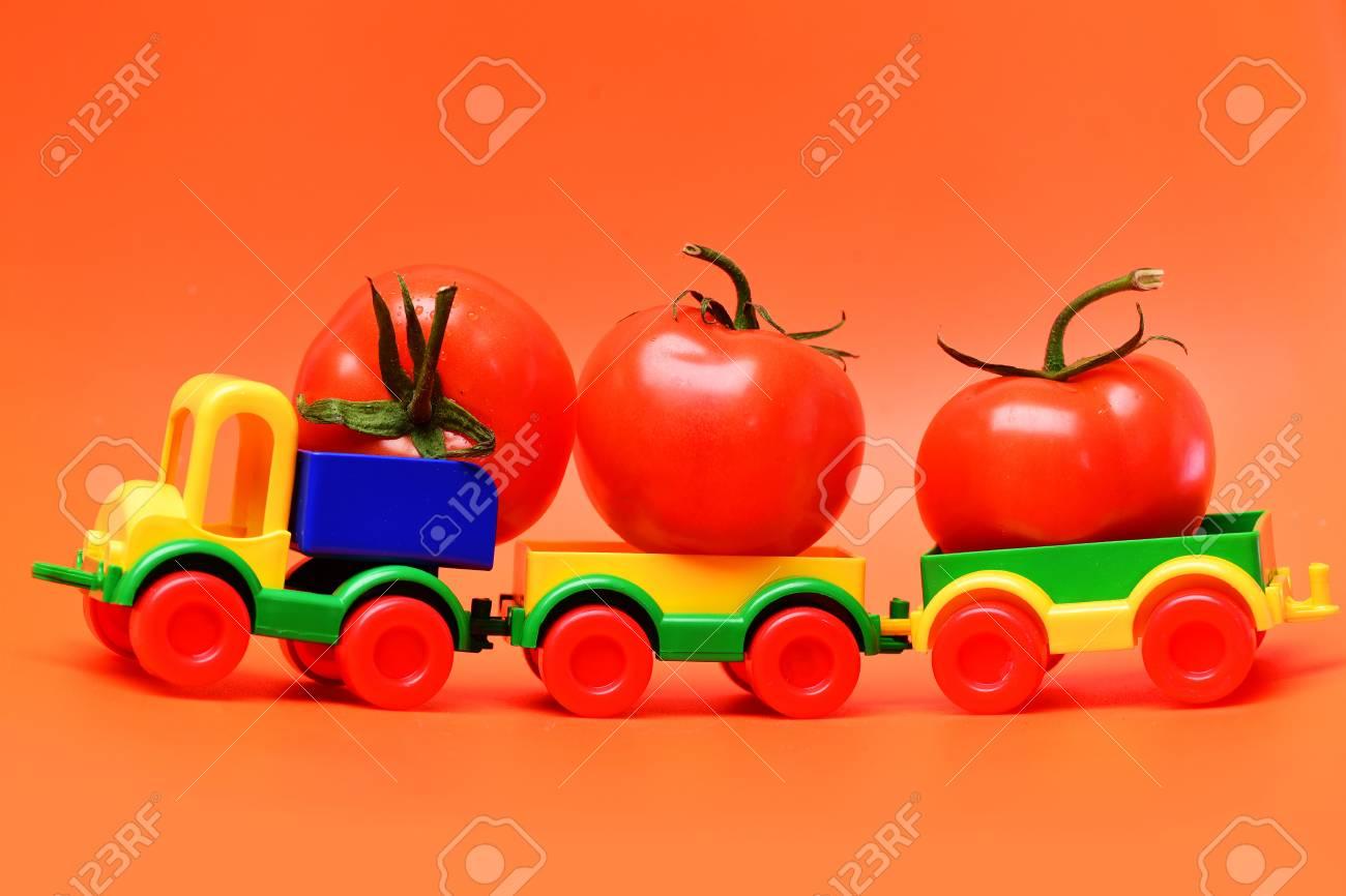 Rojos Cosechatomates Plástico Juguete De E9hid2 Camión En Concepto Y7gyvbf6