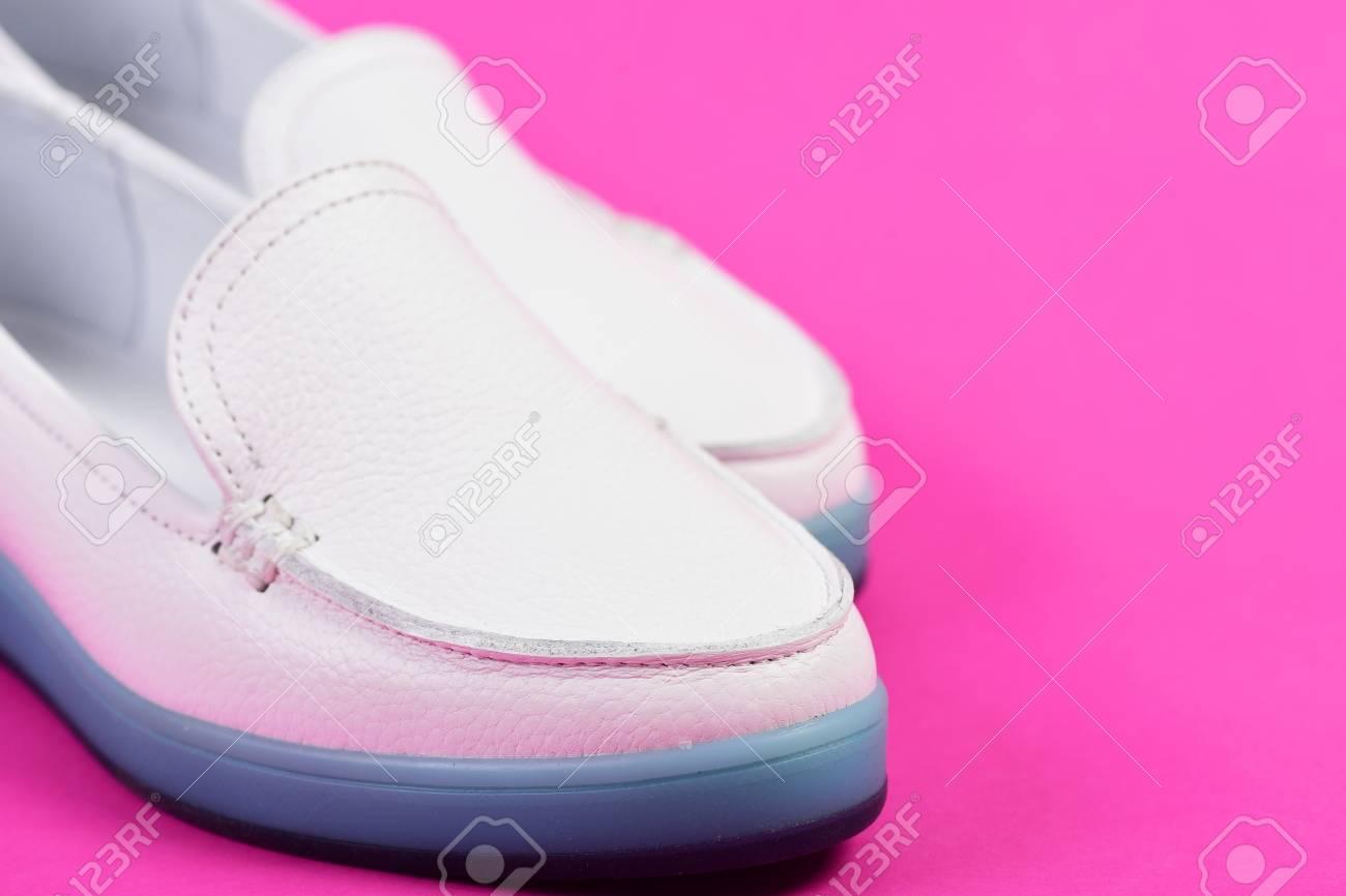 89088b7b1724 Calzado de tacón bajo en estilo deportivo. Mocasines para mujer en color  blanco, enfoque selectivo. La moda de verano y el concepto de estilo de  vida ...