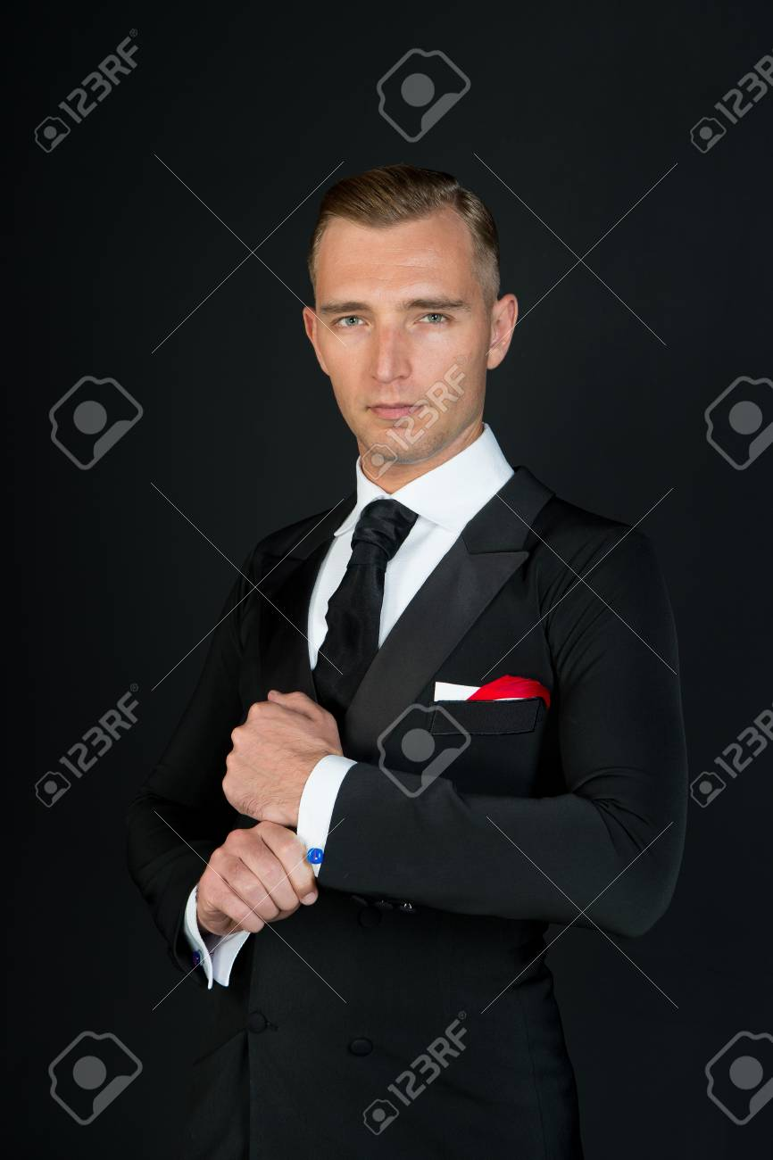 Mann In Einem Schwarzen Smoking Anzug Und Weissen Hemd Und Schwarze