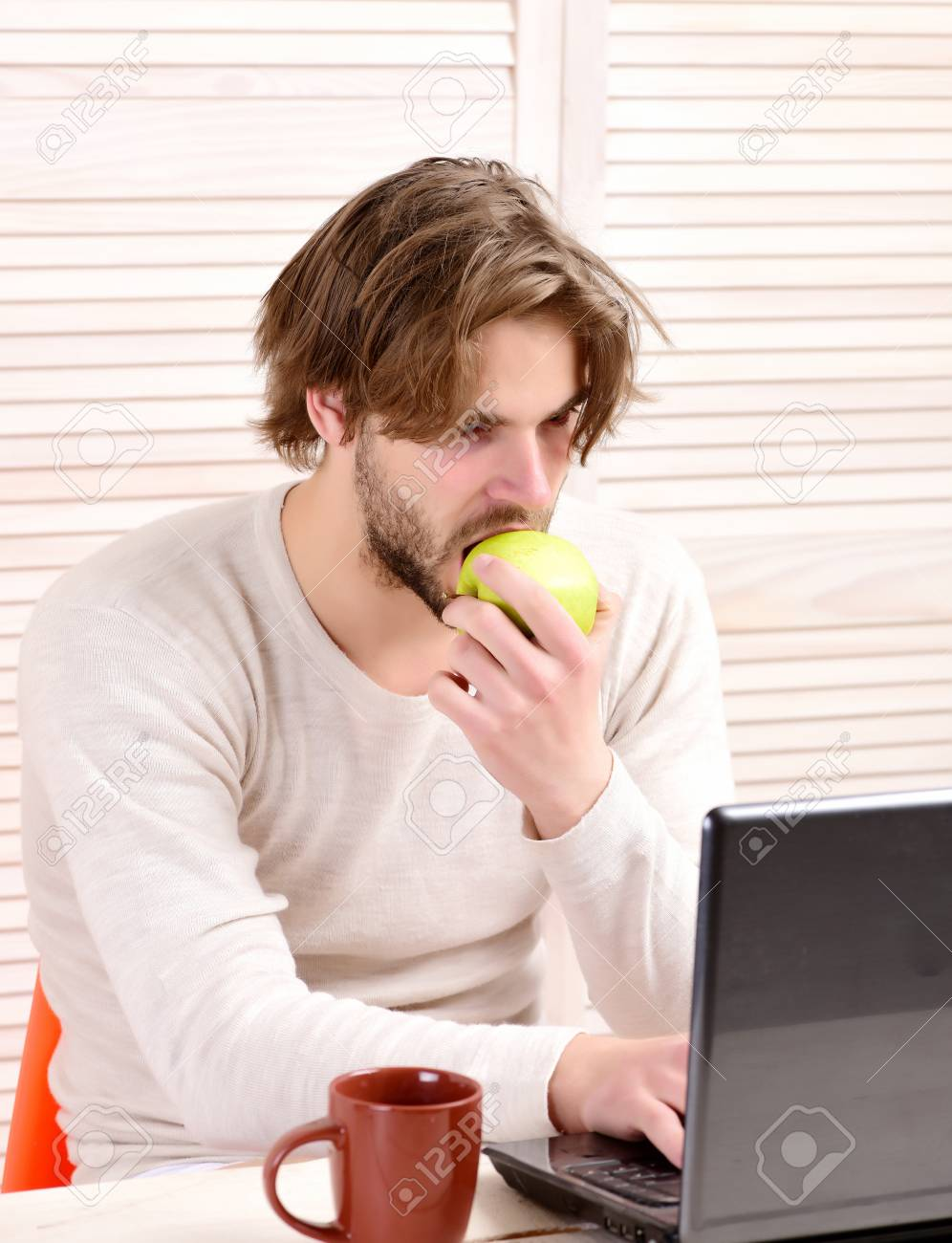 Guy Utilise Son Ordinateur Et Mange Des Pommes Homme A Son Lieu De
