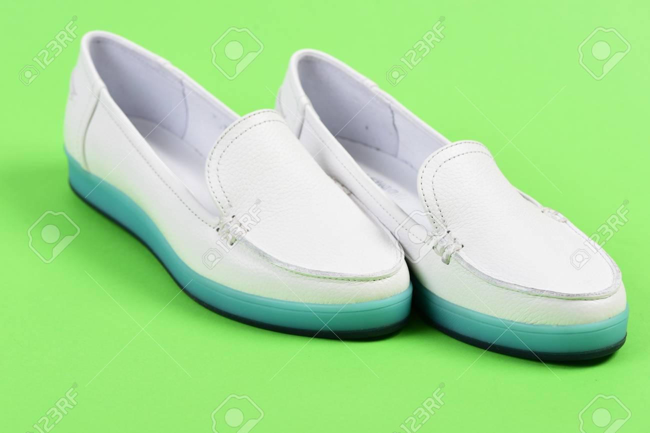 a74ca6ddc5be Mocasines para mujer en color blanco. Calzado de tacón bajo en estilo  deportivo. La moda de verano y el concepto de estilo de vida casual. Par de  ...