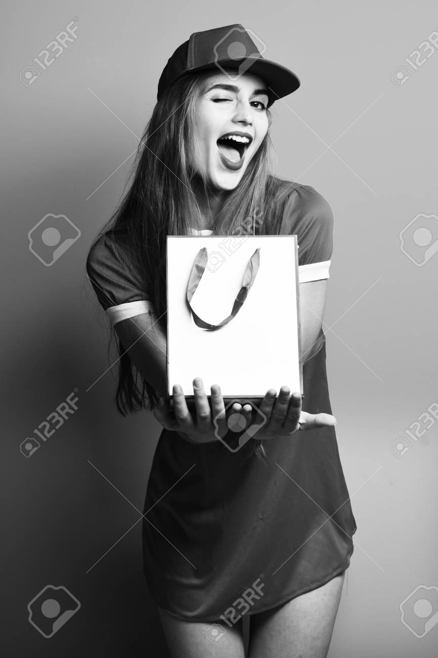 images détaillées style top plus bas rabais Jeune femme jolie sexy ou une fille modèle avec de longs beaux cheveux sur  un visage souriant en rouge robe courte rouge avec une casquette tenant une  ...