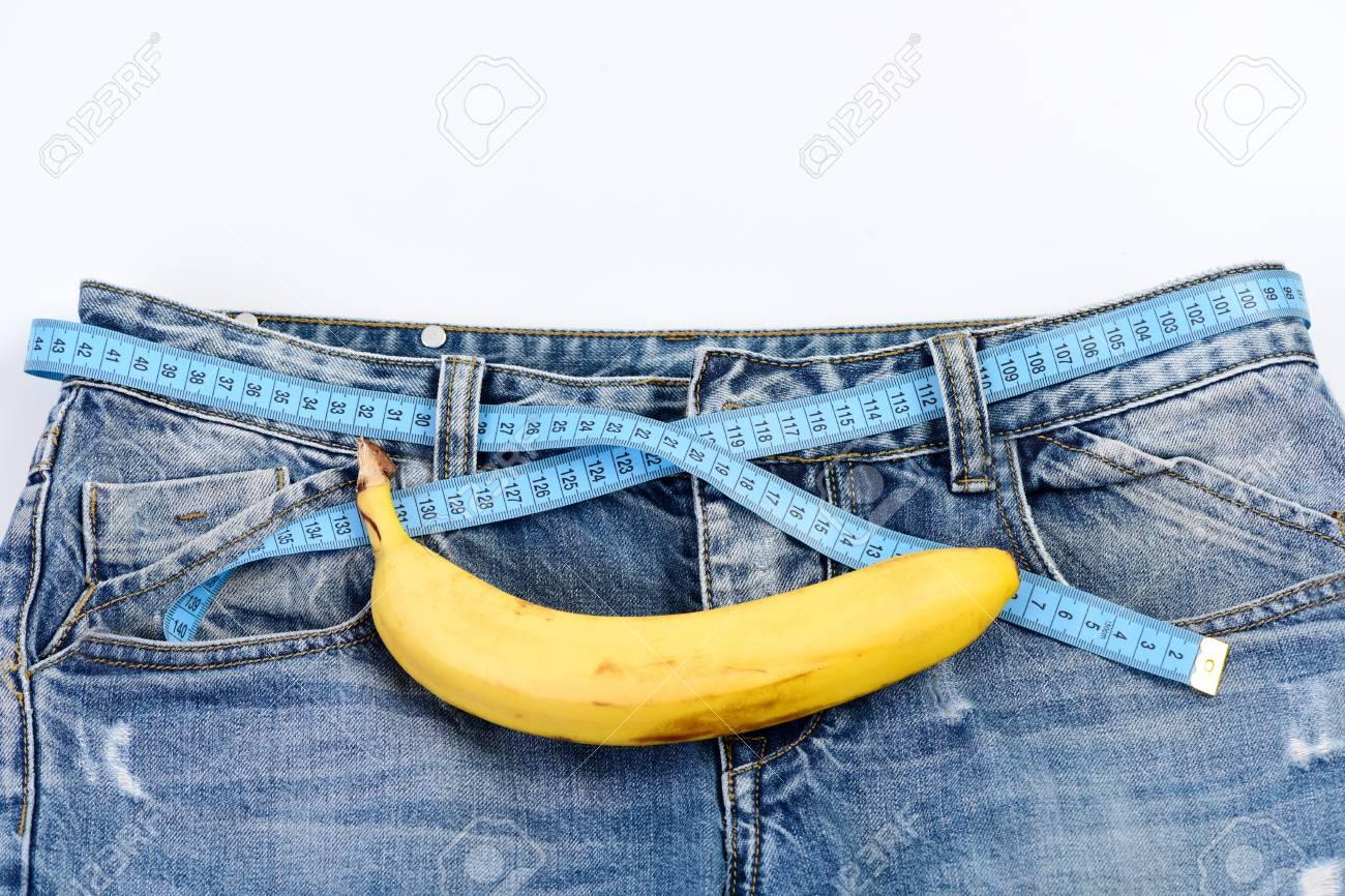 Pantalones De Mezclilla Para Hombre Con Platano Imitando Genitales Masculinos Fruta Rizada En La Tela Del Dril De Algodon Cierre Para Arriba Concepto De Salud Y Sexualidad Masculina Tejanos Con Cinta Metrica
