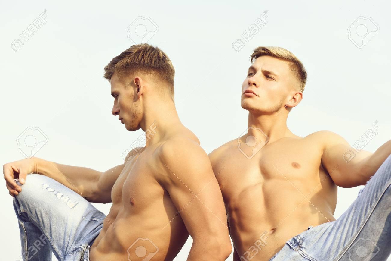 Nackt hübsch und Nackt und