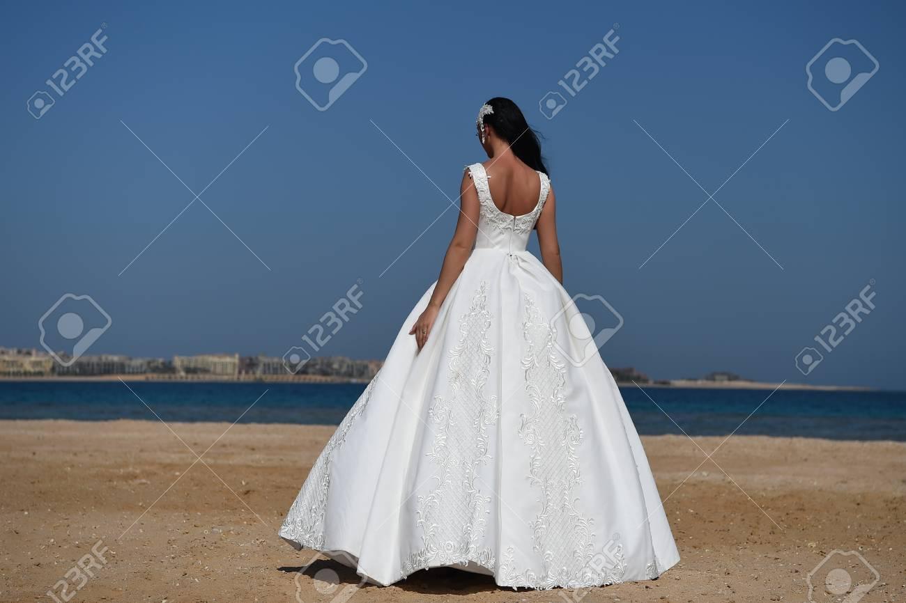 Muchacha En Alineada En El Cielo Azul En El Mar. Mujer En El Vestido ...