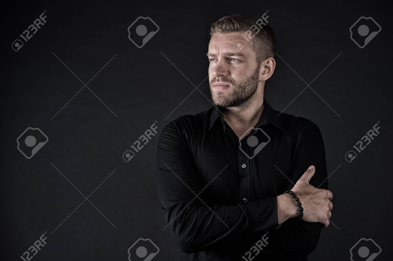 ポーズ 手 を 組む 腕を組む人の心理を解説!腕の高さ&組み方でわかる相手の心理を公開