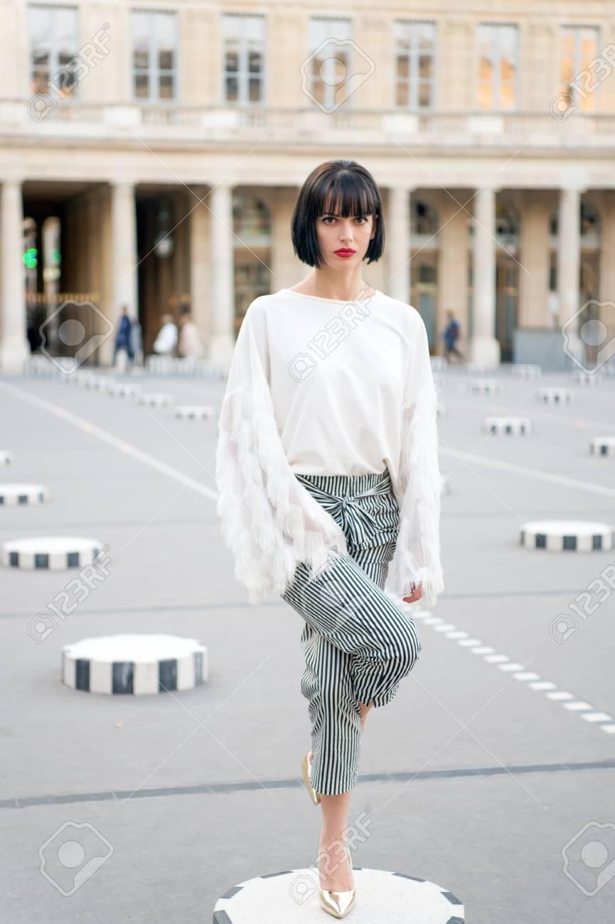 mädchenaufenthalt auf bein auf quadrat in paris, frankreich. frau in  schuhen mit hohen absätzen, modische kleidung. mode, schönheit, stil,  lifestyle.