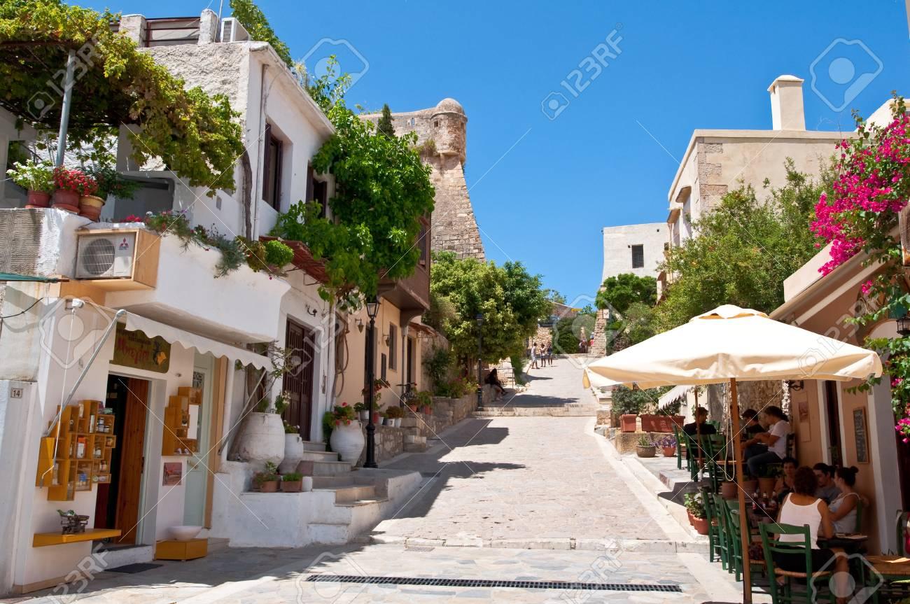 Grecia y sus islas, contadme algo, venga 31155769-r%C3%A9tino-creta-23-de-julio-los-turistas-tienen-un-descanso-en-el-restaurante-local-en-julio-23-2014-en-e