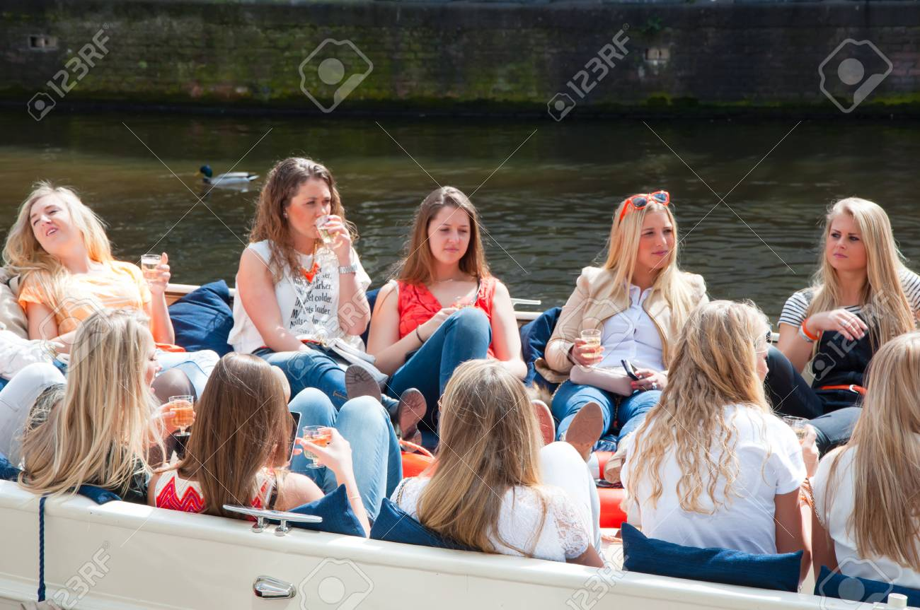 Idées de sorties entre amis.  39727458-amsterdam-netherlands-april-27-local-girls-celebrate-king39s-day-in-a-boat-on-april-272-015-in-amste