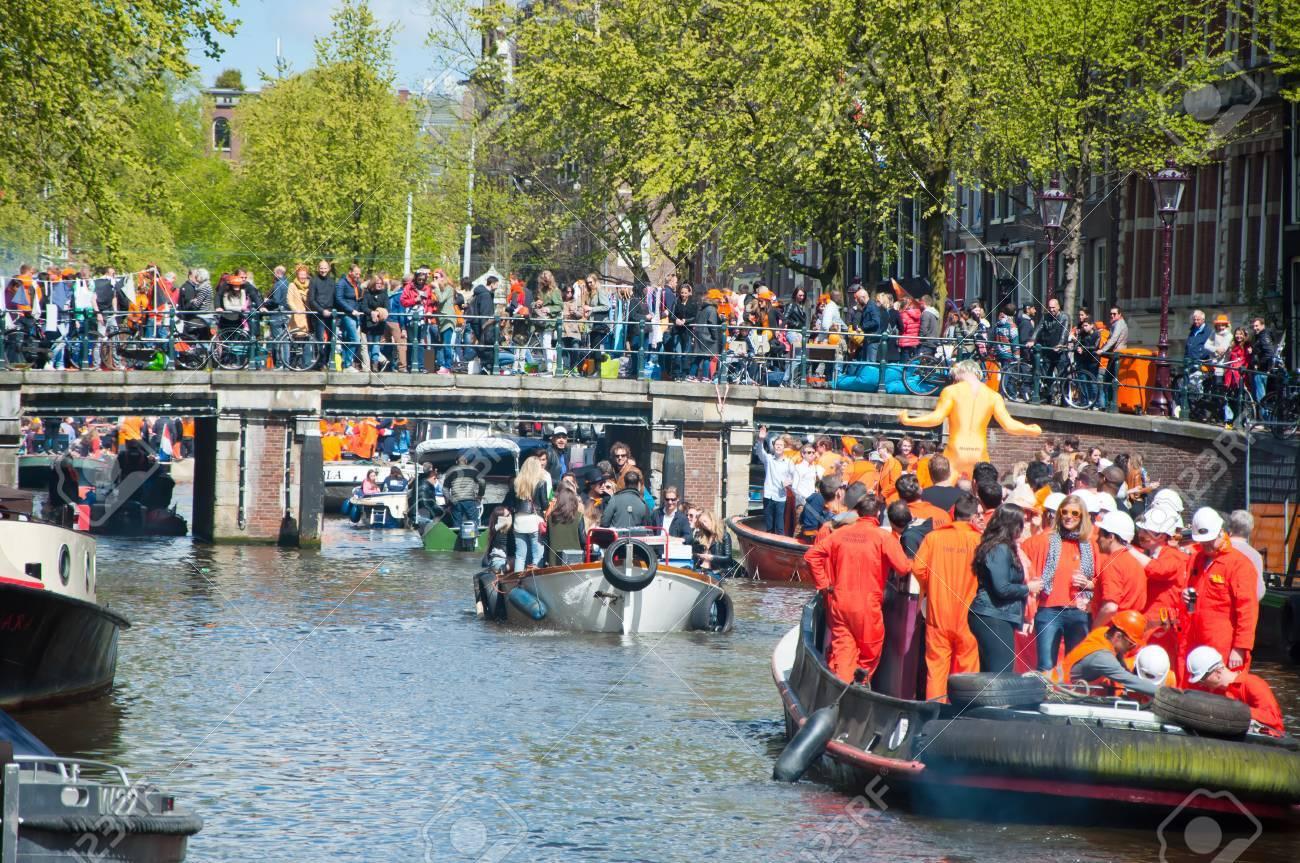 amsterdam holanda de abril fiesta en lancha por los canales de amsterdam con cerveza