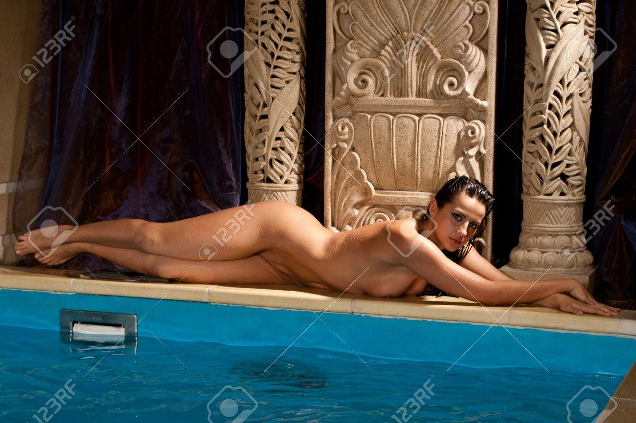 Nackt pool mädchen am Die Nachbarstochter