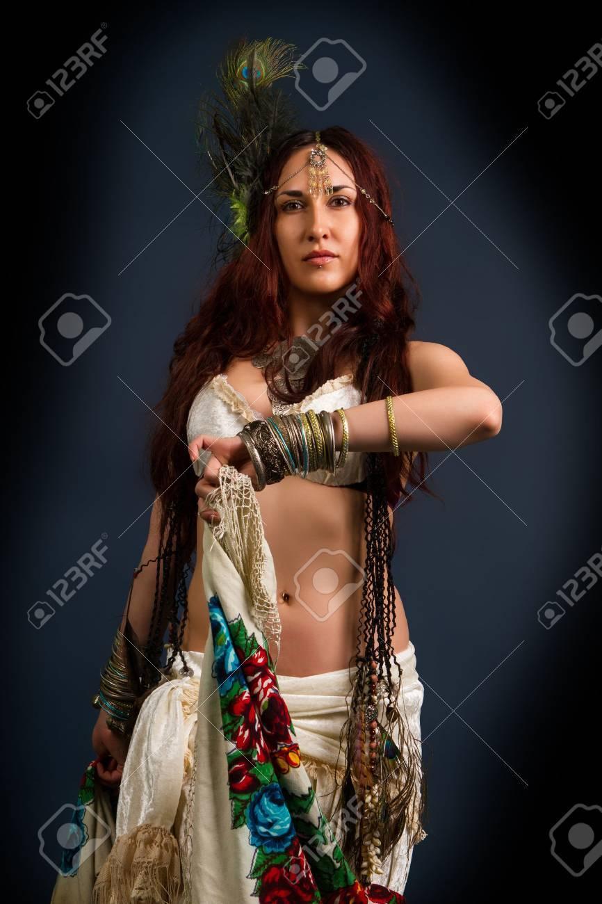 33fb834a491b Archivio Fotografico - Performance. Giovane modello retrò attraente in  vecchio stile selvaggio abbigliamento danza. Tribe. Tattoo. Native donna  selvaggia