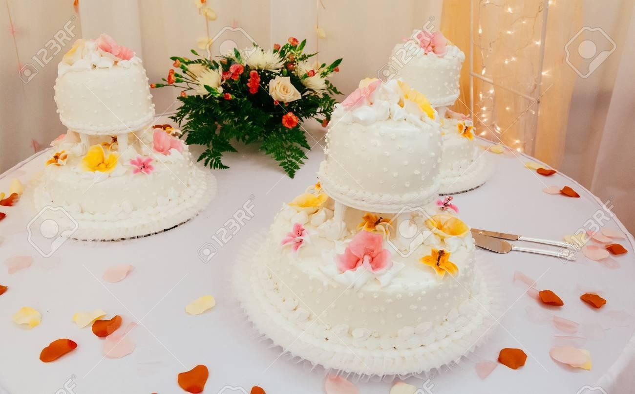 Rosa Und Weisse Hochzeitstorte Mit Rosen Lizenzfreie Fotos Bilder