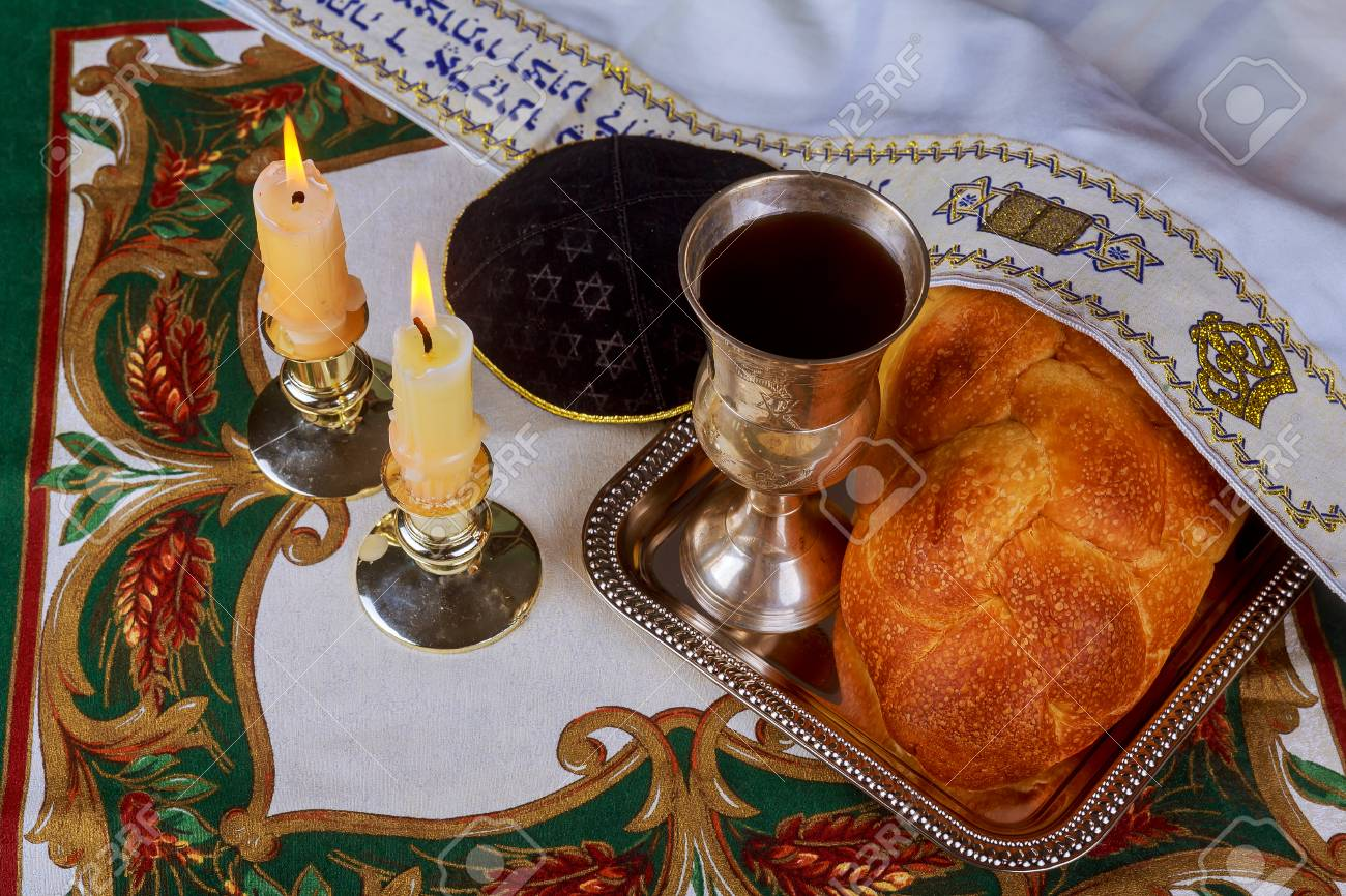 Shabbat kerzen in glas kerzenständer ich verschwommen hintergrund