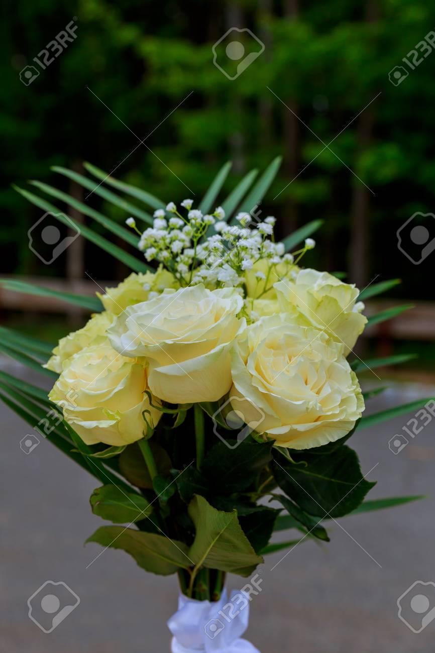 Hochzeitsstrauss Weisser Rosen Lizenzfreie Fotos Bilder Und Stock