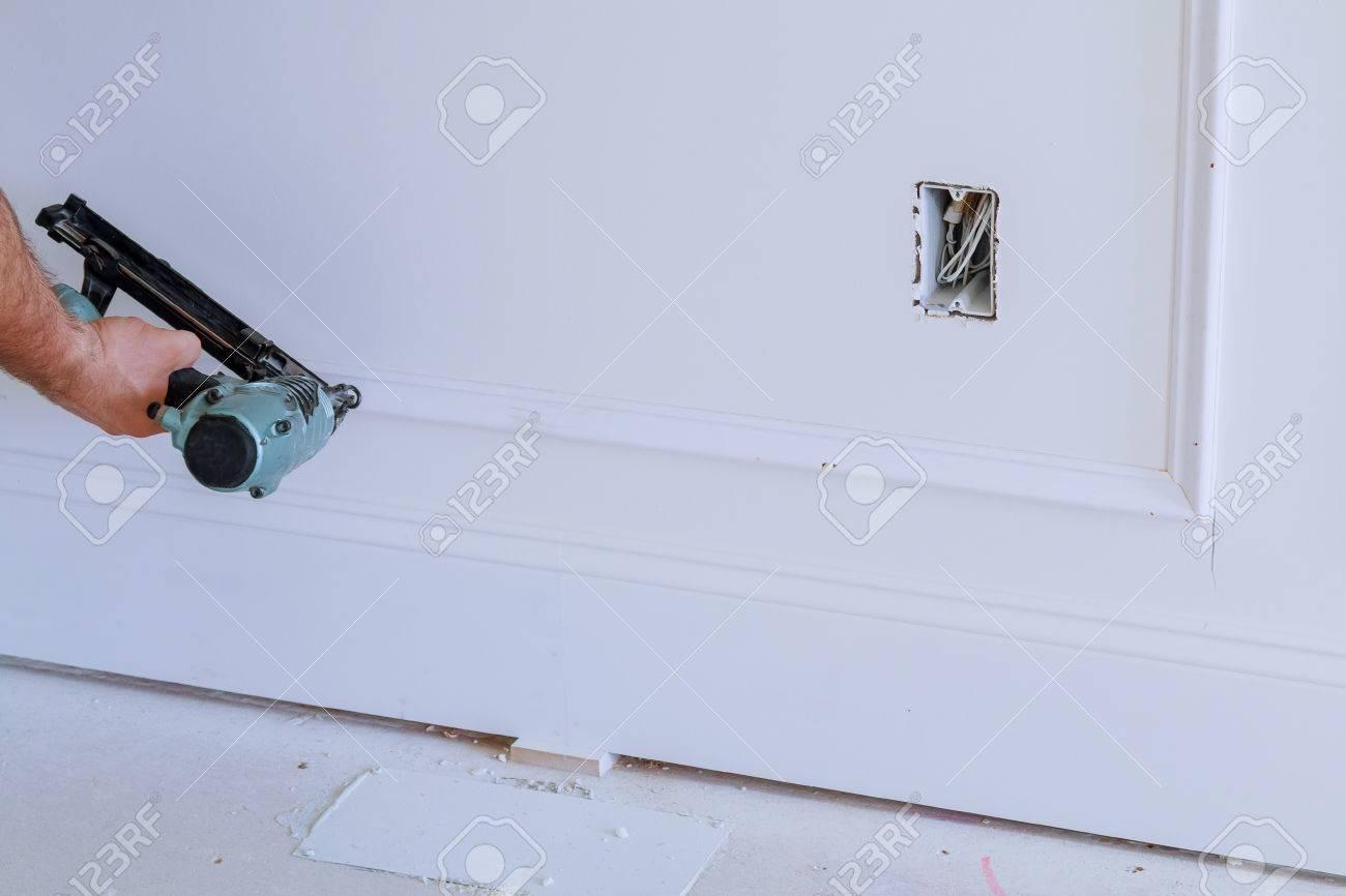 Do It Yourself Hauseigentümer, Der Rahmenformteil Mit Nagelpistole ...