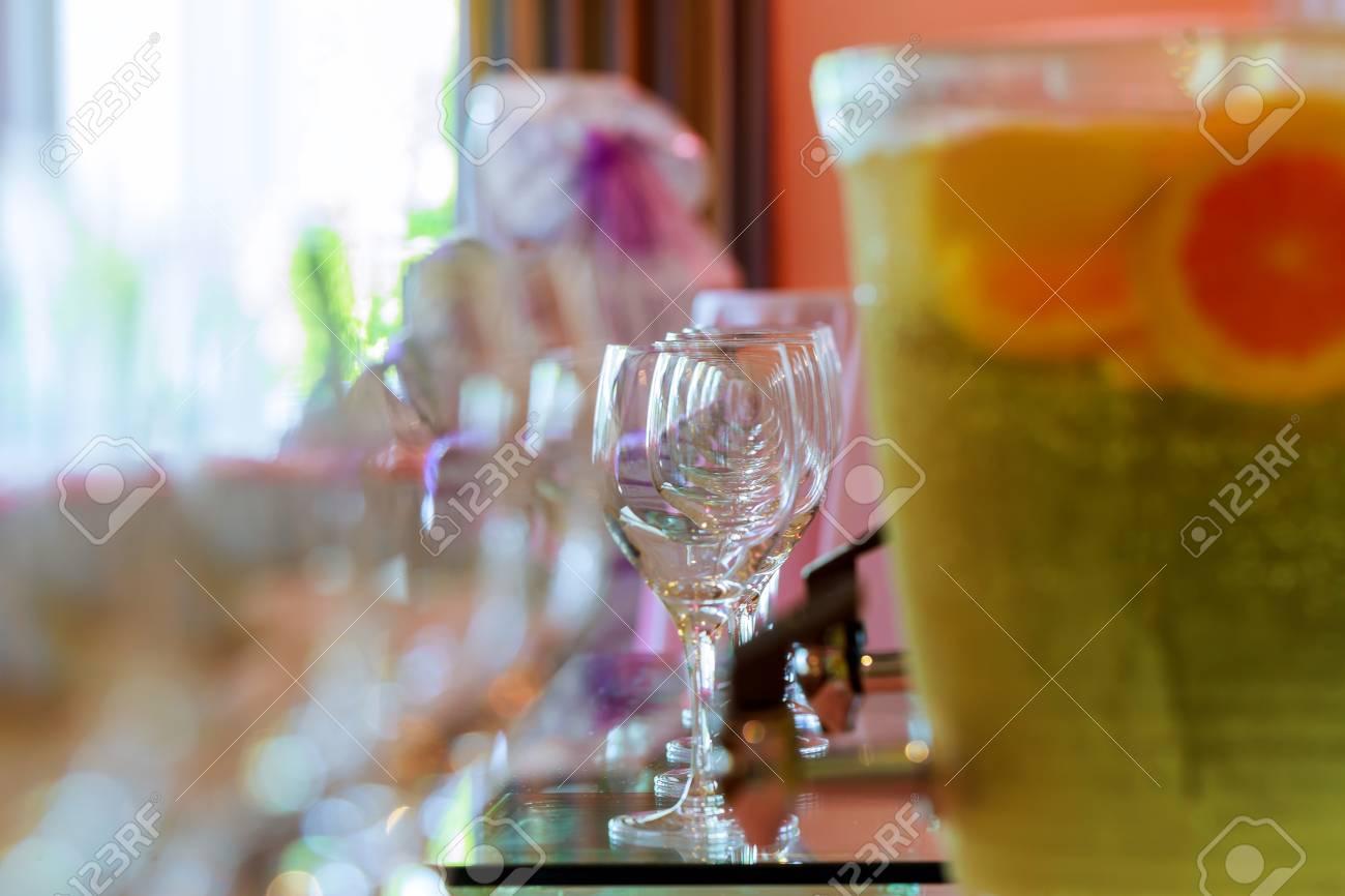 Viele Gläser Verschiedener Wein In Folge Auf Bartheke Gläser Für ...