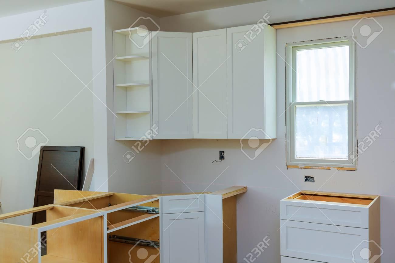 Die Montage Der Kuchenschranke Die Schublade Im Schrank Lizenzfreie