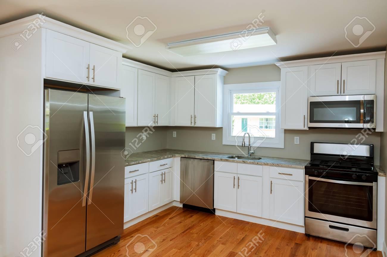 Cucina con elettrodomestici e uno splendido arredamento Nuovi mobili da  cucina