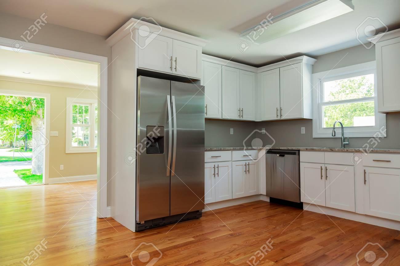 Interior Blanco De La Cocina Con Fregadero, Gabinetes Y Pisos De ...