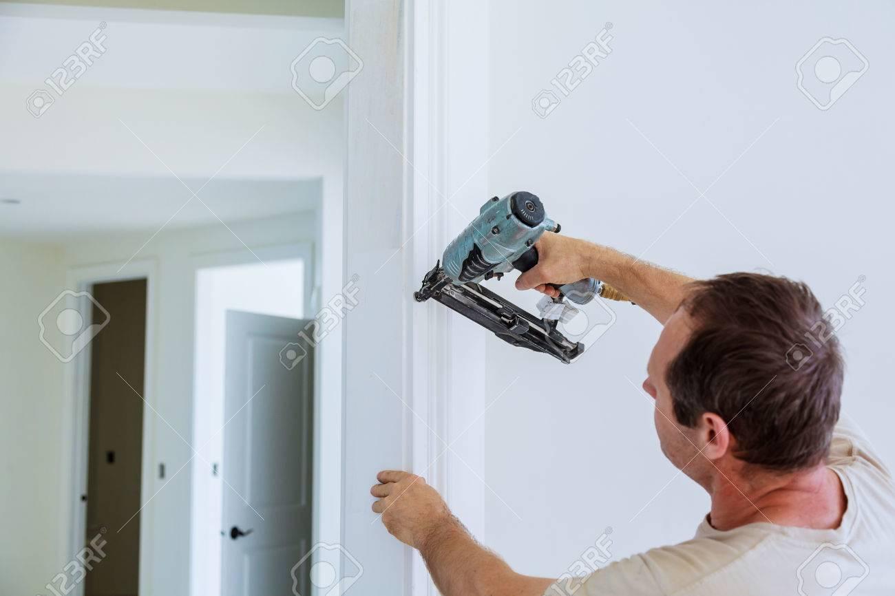 Carpenter Brad Con Pistola De Clavos A Las Molduras En Las Puertas ...