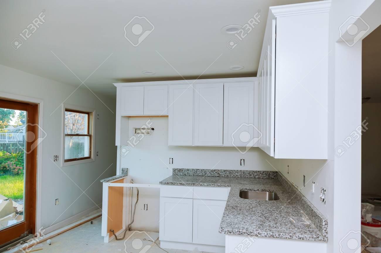 Installation Der Küche. Custom Küchenschränke In Verschiedenen ...