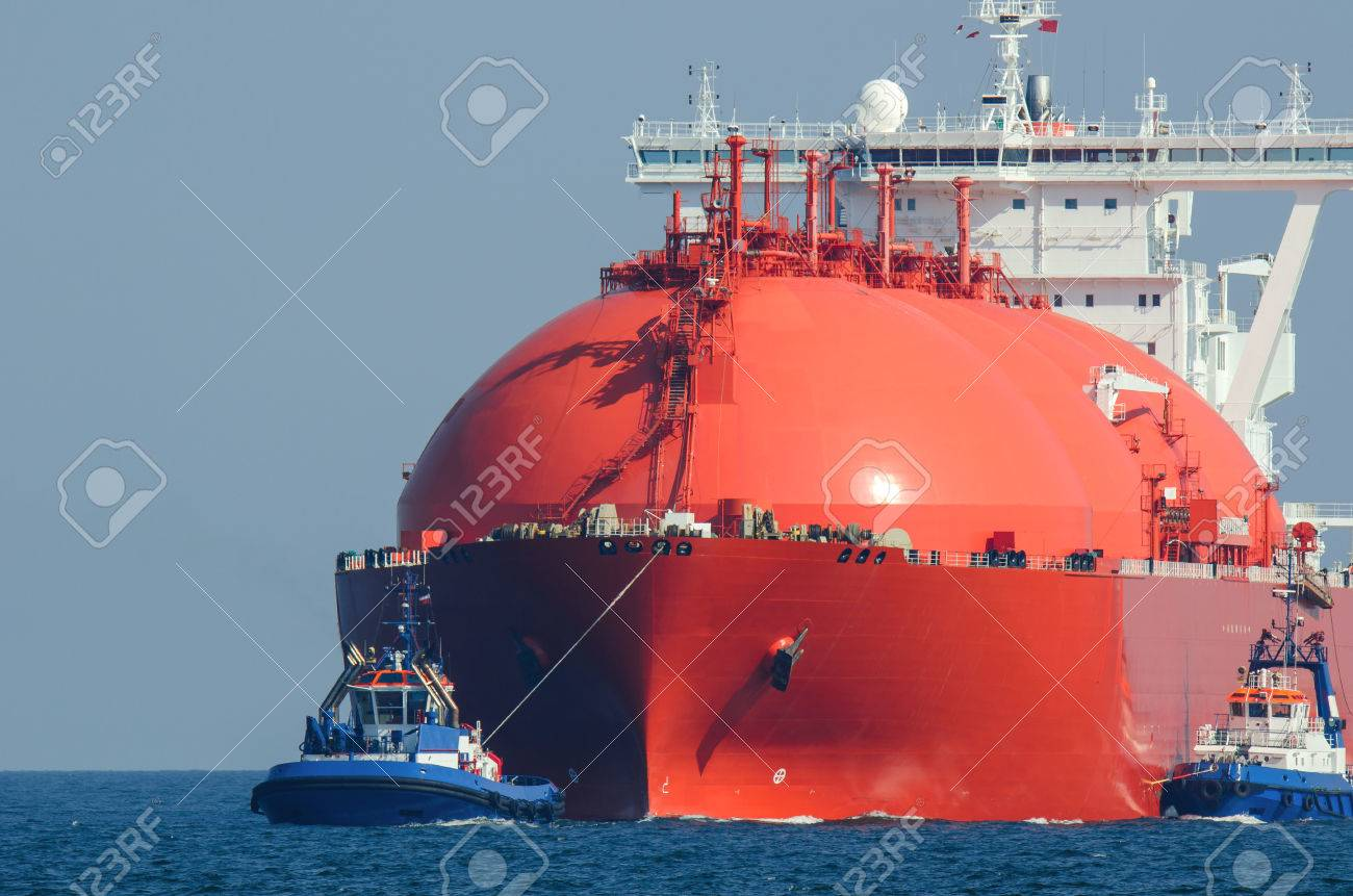 LNG TANKER AT SEA. Large tanker flows for the escort tugs - 64043348