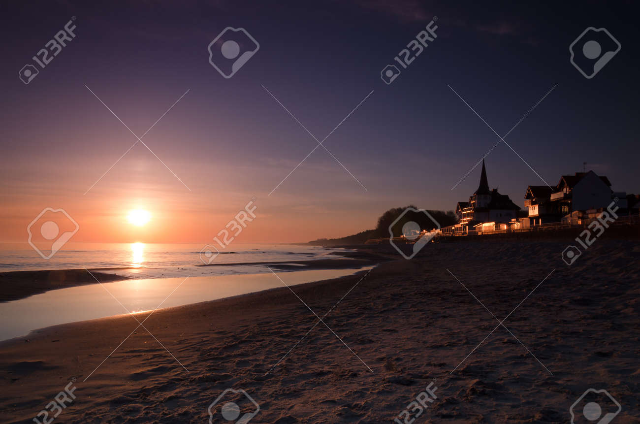 SUNRISE OVER THE SEASHORE - Resorts and hotels in front of the beach - 169541033