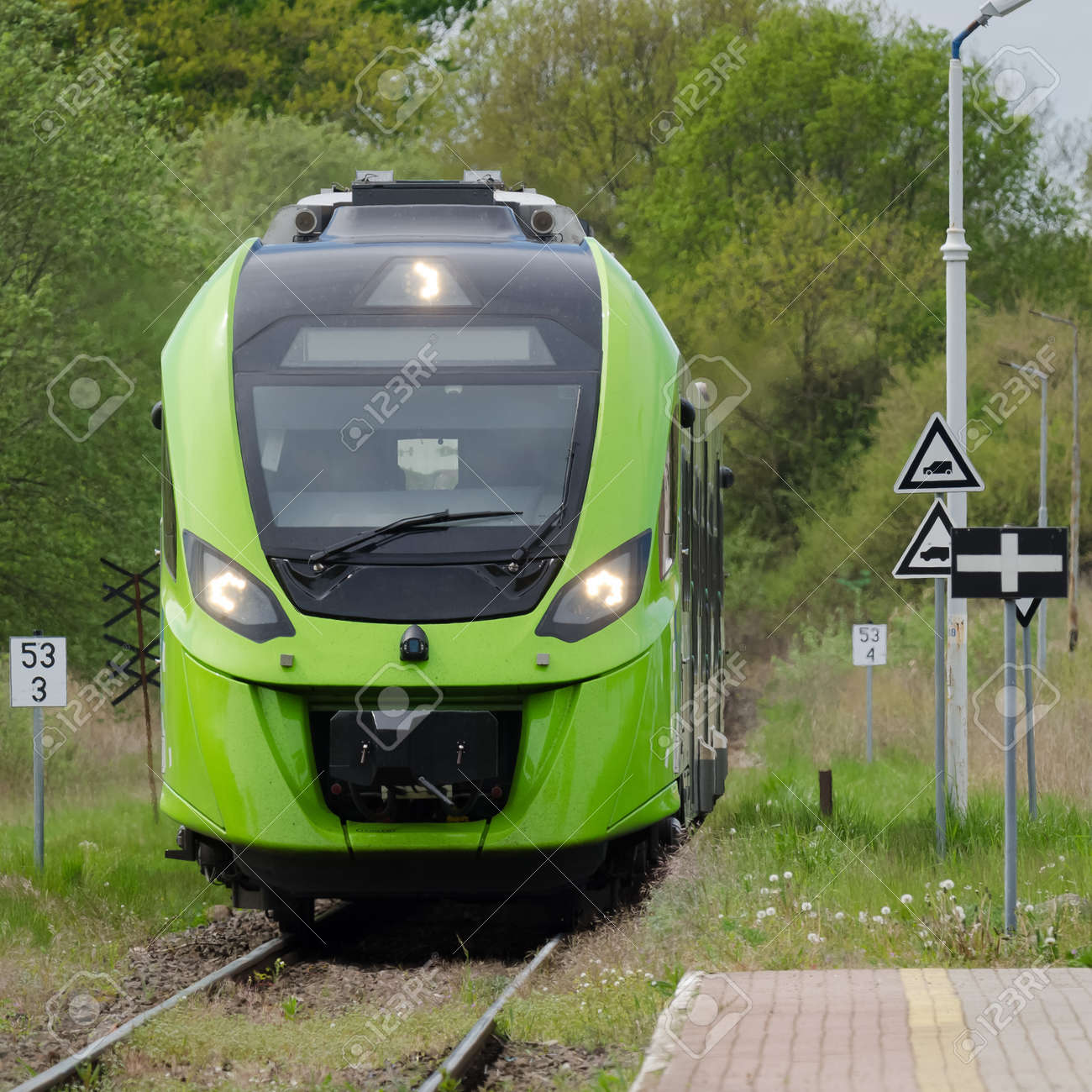 MODERNTRAIN - A modern hybrid traction unit enters a small village station - 169541050