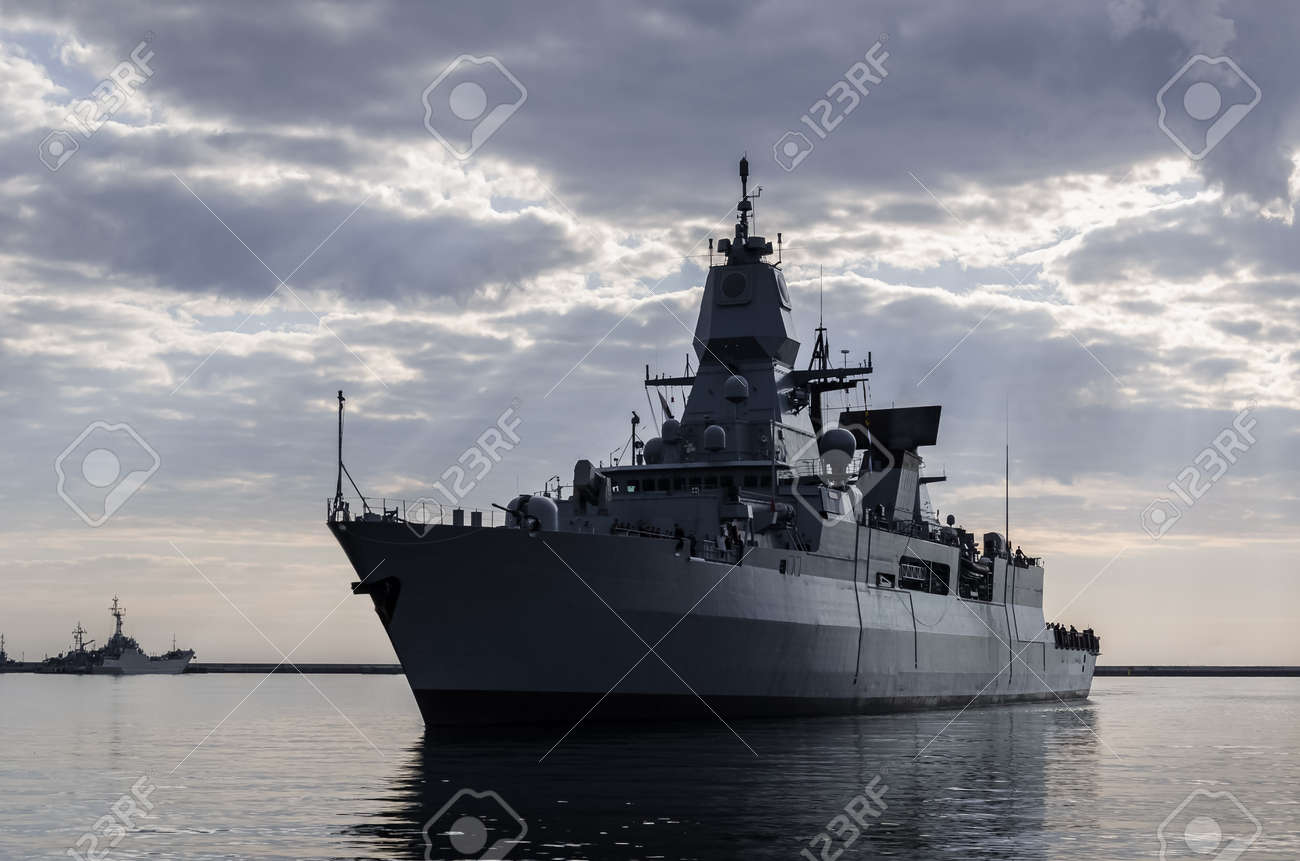 WARSHIP - Guided missile frigate flows to the port - 170697106